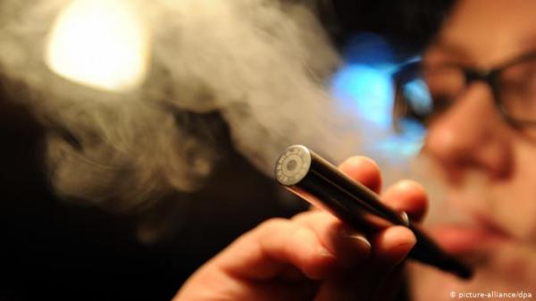 باحثون يحاولون كشف أمراض غريبة تصيب مدخني السجائر الإلكترونية