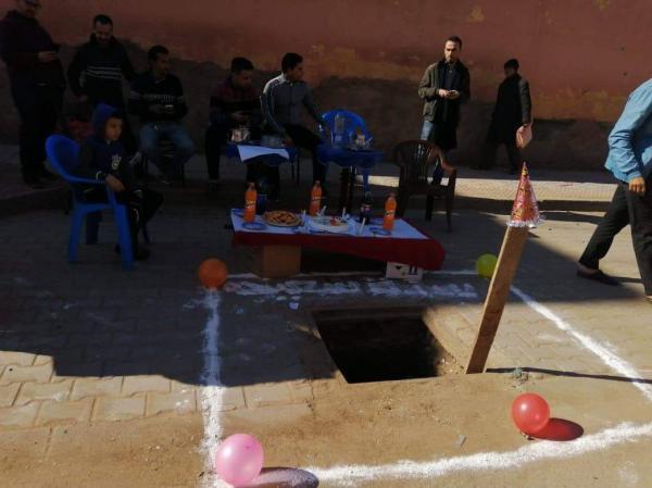 """مرة أخرى .. نشطاء جمعوِيين يُحرجون مجلس جماعتهم بالاحتفال بعيد ميلاد """"حفرة"""""""