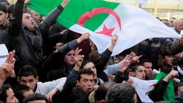 """للأسبوع 14 على التوالي...الجزائريون مصرون على تنظيف البلاد من النظام الفاسد و""""القايد صالح"""" يرد بحملة اعتقالات"""