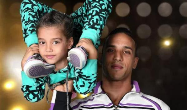 """المواهب المغربية تُشعل برنامج """"Arabs Got Talent"""" وعرض مؤثر من الثنائي طارق وابنته فاطمة الزهراء (فيديو)"""