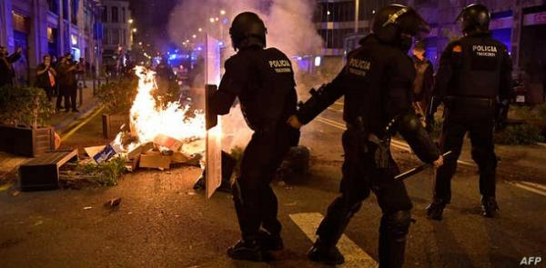 """تواصل أعمال العنف والتخريب بشمال إسبانيا احتجاجا على سجن """"رابور"""" والشرطة تعتقل العشرات"""