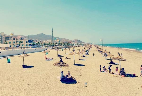 """مظلات شمسية بـ""""المجان"""".. مبادرة جميلة تحوز ثناء المغاربة وسط مطالب تعميمها في كل شواطئ المملكة (الصورة)"""
