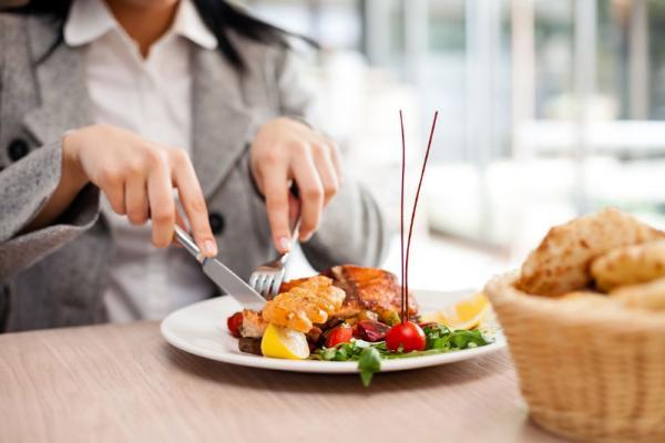طريقة بسيطة للتقليل من كمية الطعام الذي تأكلينه