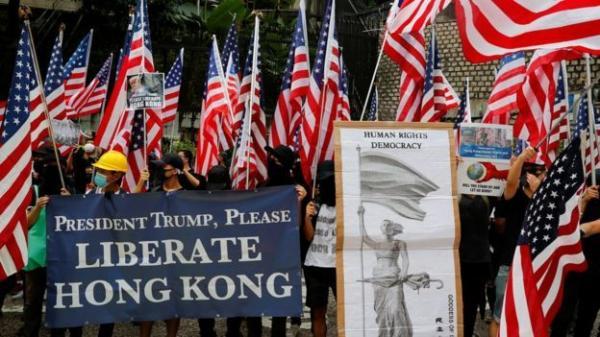 """متظاهرو """"هونغ كونغ"""" يرفعون الاعلام الامريكية و يناشدون ترامب التدخل لإنقاذ بلدهم"""