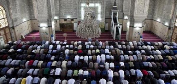 الحماق هذا...متهورون يحاولون دخول مسجد بالقوة لأداء الصلاة جماعة