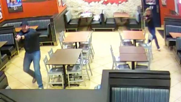 لص مقنع حاول سرقة مطعم ليجد مفاجأة في انتظاره