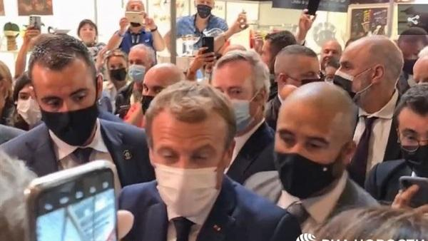 """بالفيديو.. اعتقال محتج رشق الرئيس الفرنسي """"ماكرون"""" ببيضة"""