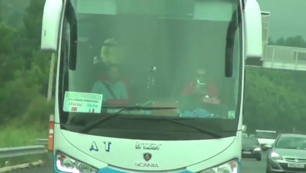 سائق حافلة مغربية يقرأ كتاباً أثناء القيادة يثير الإستغراب بإسبانيا!