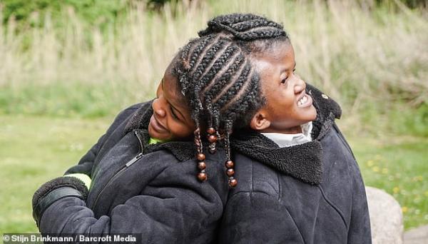 بالفيديو:  توقعوا وفاتهما قبل بلوغ العاشرة.. شقيقتان توأم سيامي تتحديان توقعات الأطباء