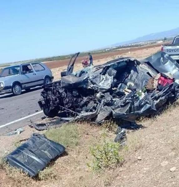 ياربي السلامة..شاحنة تحول سيارة مرسيديس إلى قطع متطايرة ووفاة السائق على الفور (صورة)