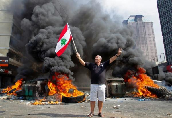 """ضريبة """"الواتساب"""" تشعل شرارة الإحتجاجات بلبنان ومطالب بإسقاط النظام"""