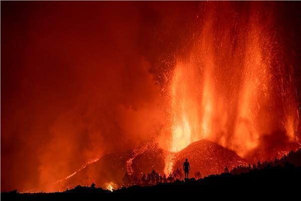 """انسحاب رجال الإطفاء في جزيرة """"لابالما"""" بسبب اشتداد الانفجارات وتدفق الحمم البركانية(فيديو)"""