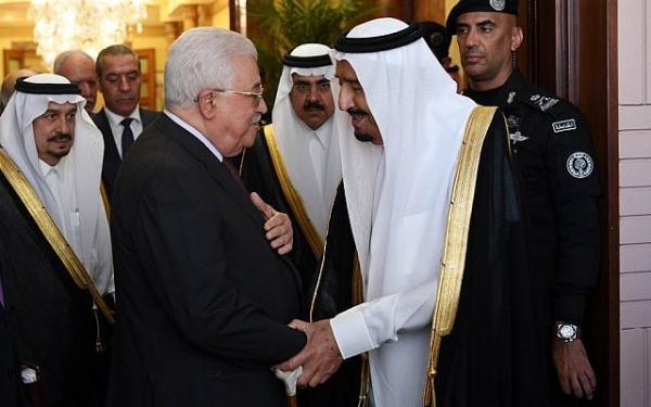 """بن سلمان يستدعي """" عباس """" على عجل و يبلغه .. """" إما أن تقبل خطة ترامب أو تستقيل """""""