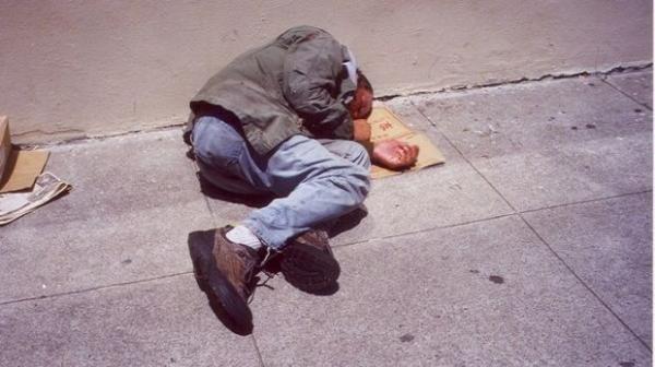 قلوب الحجر....شخص يبيت في الشارع يلقى مصرعه من شدة البرد بعين عودة