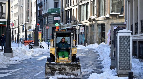 موجة برد غير مسبوقة تستنفر السلطات الاسبانية وجهود متواصلة لإزالة الثلوج المتراكمة وفتح الطرق والشوارع أمام حركة السير