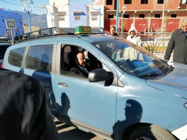 """صورة عامل بالداخلية يركب سيارة أجرة متجاوزا """"البروتوكول"""" تهز مواقع التواصل الإجتماعي"""