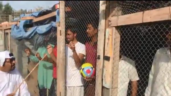 إماراتي يحتجز عمالا هنودا في أقفاص حيوانات ''حتى يشجعوا منتخب بلاده'' (فيديو)