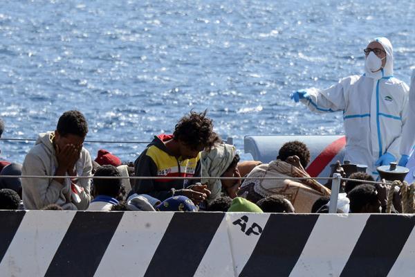 تفكيك شبكة لتهريب المهاجرين من اليونان إلى إيطاليا