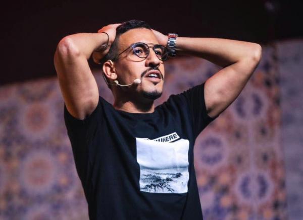 """الكوميدي يسار حول """"الدعم الاستثنائي"""": حشومة بنادم عايش في الخارج وطامع في دعم الوزارة"""