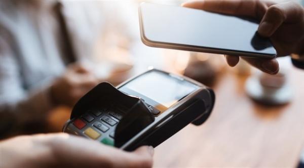 إجراءات يجب معرفتها عند استخدام هاتفك للدفع  في الخارج