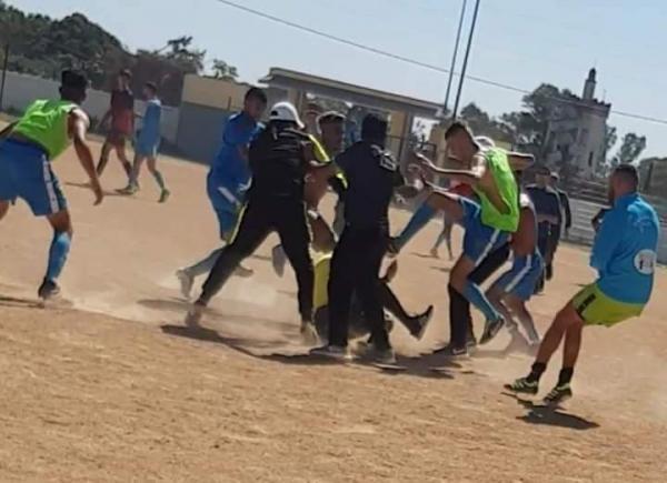 اعتداء وحشي على حكم في مباراة بين فريقين مغربيين