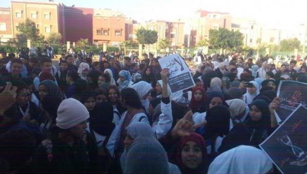 """تلاميذ """"ابن حمد"""" يواصلون  احتجاجاتهم على التوقيت الجديد و يرفعون شعارات قوية ضد الحكومة"""