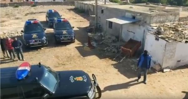 لحظة مداهمة كوموندو أمني لمنزل إرهابي خطير بدار بوعزة