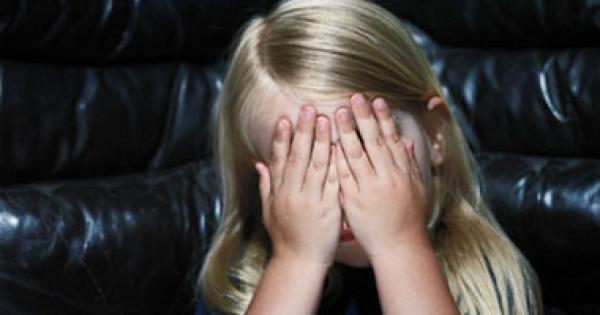 مطلوب عاجلا إيقاف هذا المجرم... فيديو خطير يهز الواتساب يظهر فيه شاب يوثق لاغتصاب طفلة عمرها 4 سنوات