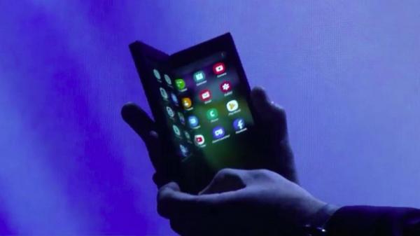سامسونغ تكشف عن هاتف القابل للطي
