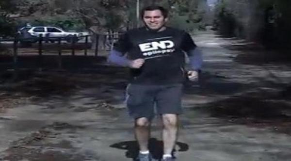بالفيديو: عداء يركض إلى الخلف في ماراثون بوسطن