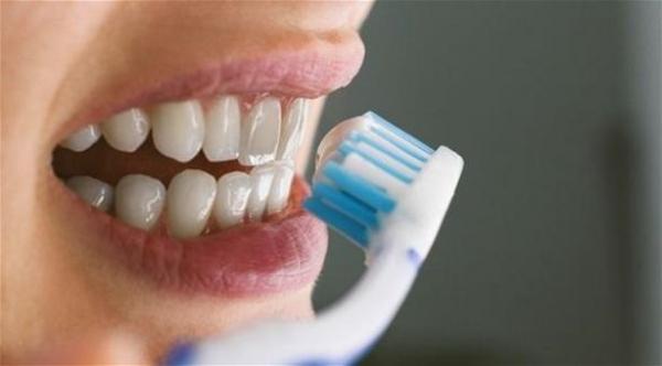 تنظيف الأسنان بالمعجون قبل الخروج من المنزل يحميك من كورونا