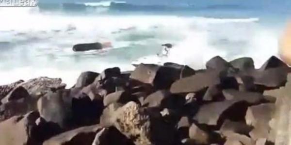 انقلاب قارب بسبب قوة الأمواج في البرازيل