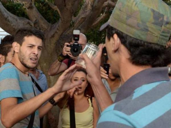 نشطاء مغاربة ينظمون مظاهرة القبلات تضامنا مع معتقلي القبلة في الناظور