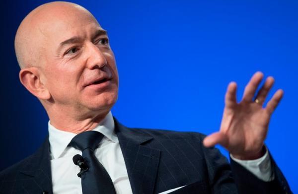 جيفري بريستن بيزوس المؤسس، والرئيس، والمدير التنفيذي ورئيس مجلس إدارة شركة أمازون