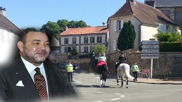 """حل بها مؤخرا..هكذا يُنعش الملك محمد السادس اقتصاد بلدة """"بيتز"""" الفرنسية"""