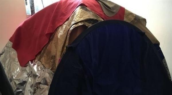 خوفا من اشعاعات شبكة الهاتف المحمول فوق سطح شقتها ...امرأة تلجأ للنوم في خيمة