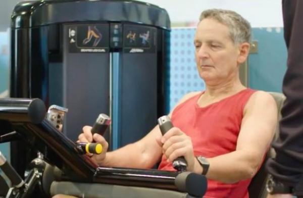 بريطاني في السبعين من عمره يتمكن من علاج نفسه من سرطان البروستات بواسطة رفع الأثقال