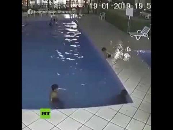 رجل أمن ينقذ صبي من الغرق في حمام السباحة