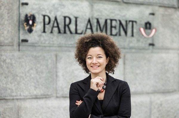هكذا احتجت برلمانية نمساوية على قانون حظر الحجاب في بلادها (فيديو)