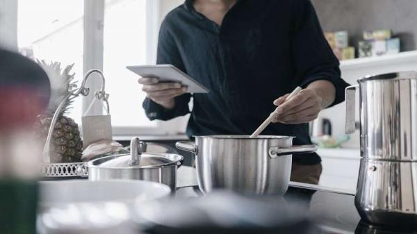 حذاري.. أواني مطبخية تشكل خطرا على ذكورة وخصوبة الرجال!