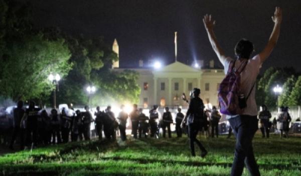 """قضية """"فلويد"""": الاحتجاجات تصل البيت الأبيض و""""ترامب"""" يهدد بـ""""الكلاب الشرسة"""""""