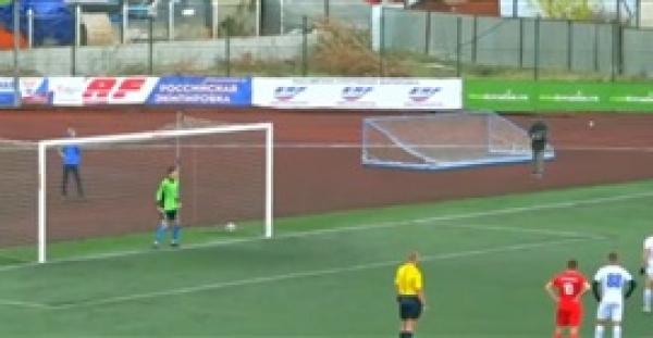 لاعب كرة قدم روسي يسجل ركلة جزاء بطريقة خيالية (فيديو)