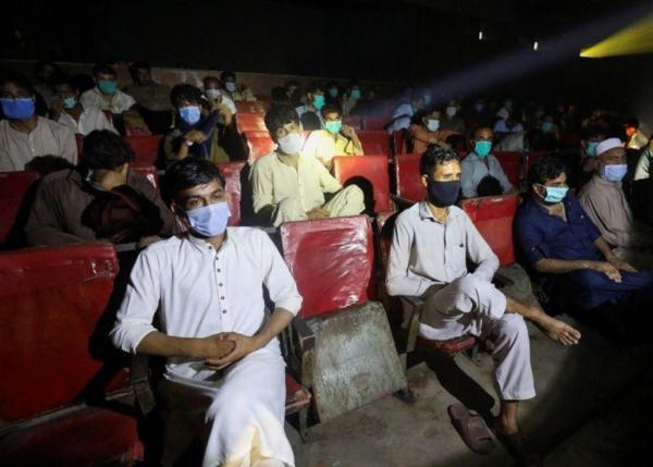 باكستان توقف العمل بالتباعد الاجتماعي بعد انخفاض الإصابات بكورونا