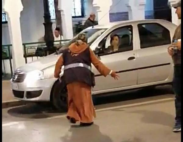 بالفيديو...حارسة سيارات بتطوان كادت ترتكب جريمة في حق مواطنة والسلطات تتدخل بشكل سريع