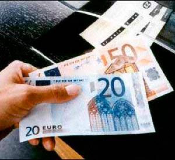 الأورو يهوي والدولار يسجل أفضل أداء في ستة أشهر