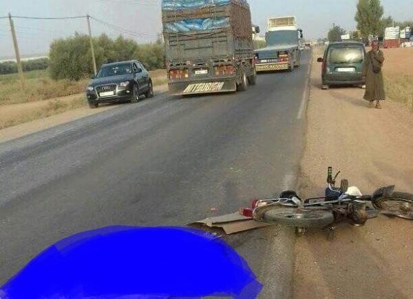 مؤلم...اصطدام عنيف بين شاحنة ودراجة نارية يودي بالسائق ونقل مرافقه في حالة حرجة للمستعجلات