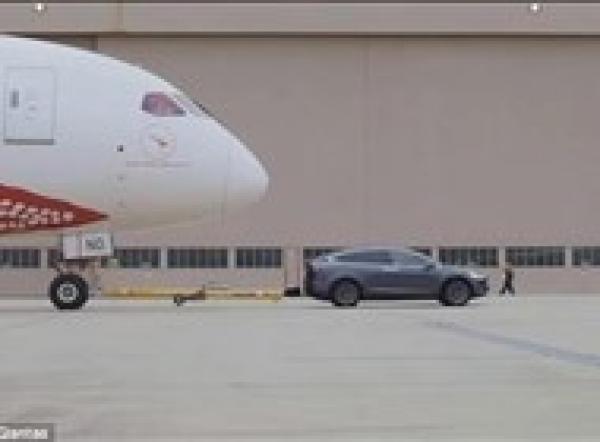 بالفيديو: سيارة كهربائية تدخل غينيس عبر سحب طائرة عملاقة
