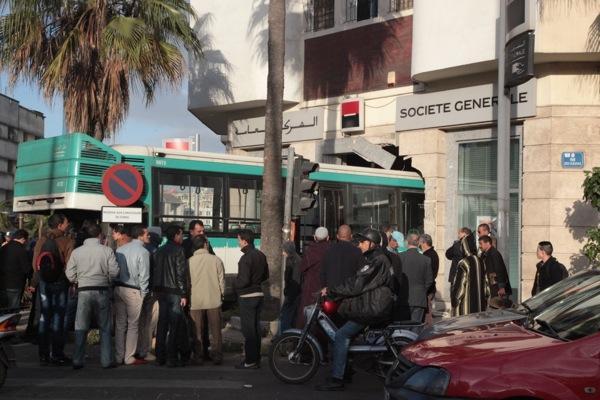 خطير..حافلة تقتحم مبنى وكالة بنكية بالدار البيضاء و توقع عدة اصابات