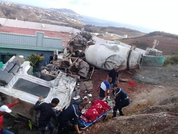 حادثة مميتة بالقرب من الفنيدق..إنقلاب شاحنة وإصدامها بمنزل على الطريق (صور)