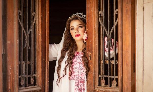 غريب جدا...ملكة جمال فلسطين تذبح عجلا وتوزعه على الفقراء احتفالا بطلاقها